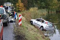 Osobní automobil sjel do rybníku, záchranáři museli všechny tři cestující oživovat.