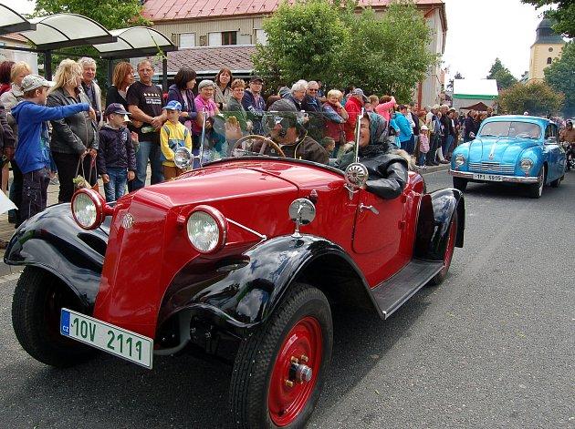 Historická vozidla vyjela na stokilometrovou pouť