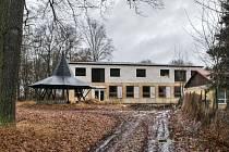 VŠECHNA ŠKOLSKÁ zařízení chce Chodová Planá mít v parku v místě současné mateřinky. Zda nedokončenou budovu (na snímku) zboří nebo využijí, je zatím v jednání.