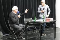 Karol Dobiaš (vlevo) s organizátorem besedy Václavem Chaloupkem.