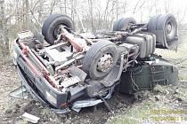 Havárie kamionu s cisternou u Strachovic.