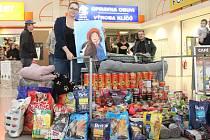 NA VÝSTAVĚ si obrázek vybrala i autorka projektu Weronika Gray. Mile ji překvapilo množství konzerv, granulí, pelechů a dek, které lidé během posledních tří týdnů přinesli.