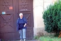 Sedmašedesátiletá Gerlinda Jenisová ze Stráže (na snímku před jejím bývalým domem), tvrdí, že byla podvedena
