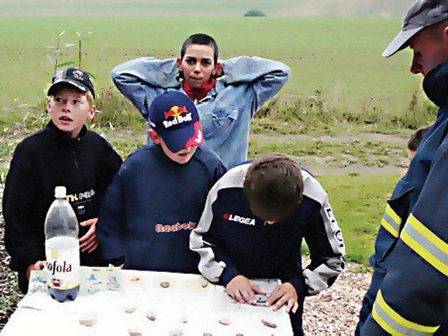 Mladí hasiči byli také zkoušeni z topografie.