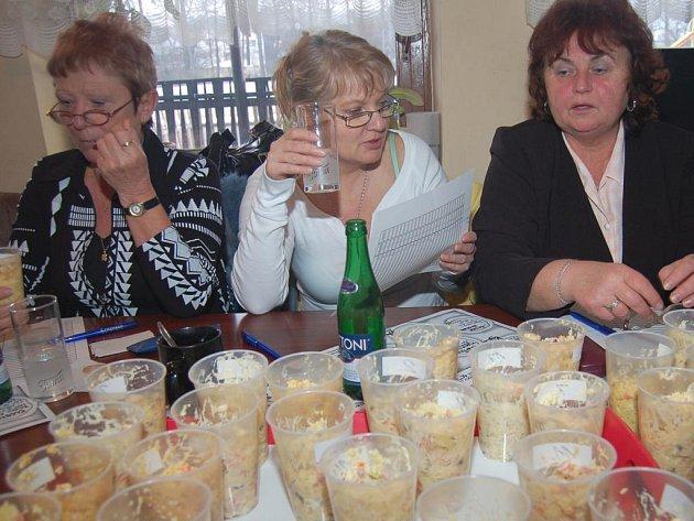 Členové poroty při hodnocení soutěžních vzorků salátu