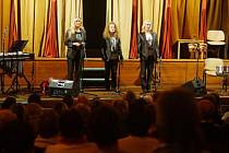 Multiinstrumentální trio Esprit pojalo skladby  francouzské zpěvačky originálním způsobem. Na kráse písní ovšem přidání různých nástrojů nic neubralo.