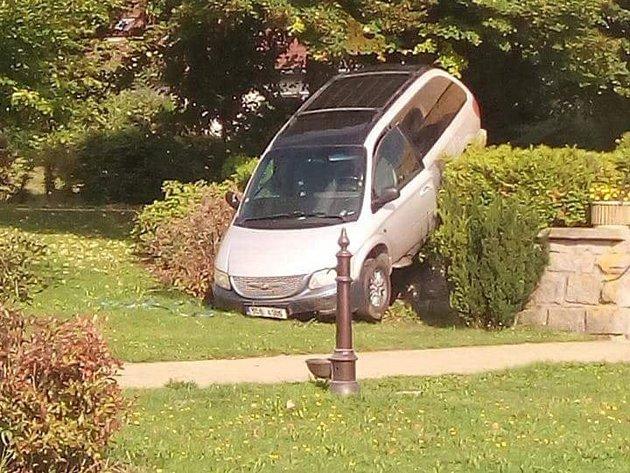 Zfetovaný řidič sjel s vozidlem ze zídky.