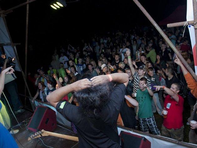 PUBLIKUM při loňském prvním ročníku multižánrového festivalu Zvuky léta, který se koná na tachovské Minerálce.