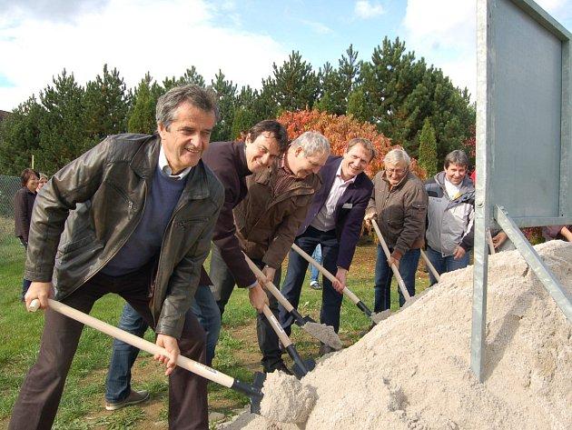 Ve středu odpoledne se v prostorách černošínské firmy EMZ sešli její představitelé a za přítomnosti starosty Černošína Miroslava Plincelnera a dalších hostů slavnostně zahájili výstavbu nových prostorů.