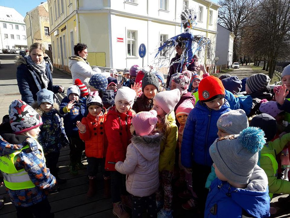 Děti se loučily se zimou.