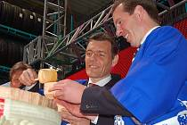 Tradičním saké a stylově v kimonech otevřeli představitel evropské pobočky společnosti Bridgestone Yves Kerstens (vlevo) a logistické firmy Fiege Jens Fiege největší sklad pneumatik v ČR.