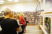 Vernisáže v městské knihovně ve Stříbře se podle organizátorů zúčastnil až překvapivý počet návštěvníků.