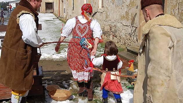 Kladrubský klášter ožil v neděli tradičním Velikonočním jarmarkem. Kladrubští ochotníci (na snímku) desítkám návštěvníkům předvedli, jak v dávných dobách vypadala šupačka.