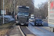 TAKOVÝM ZPŮSOBEM LIKVIDUJÍ nezodpovědní řidiči těžkých nákladních vozidel chodníky podél průjezdní komunikace v Plané.