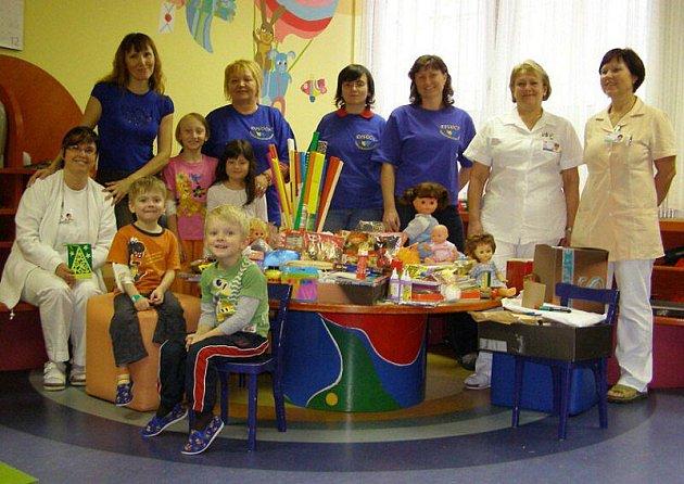 Stříbrští občané nasbírali rukodělné pomůcky pro nemocné děti z Dětské kliniky Fakultní nemocnice v Plzni.