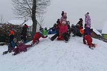 Děti si užívaly umělého kopce na zahradě školky.