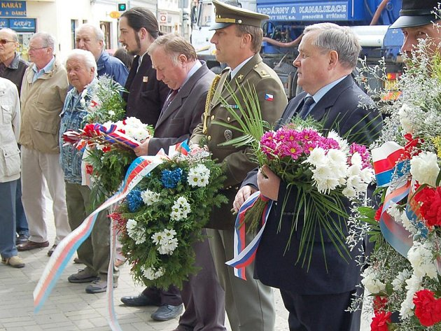 Květiny a věnce k památníku osvobození města americkou armádou a k dalším dvěma pamětním místům spjatým s bojem za svobodu položili v úterý ve Stříbře zástupci města a dalších složek, včetně generálního konzula Ruské federace Valerije Ščetinina