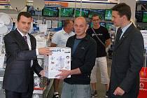 """Prodejna """"expert elektro"""" v Mariánských Lázních ocenila nejlepší tři z Tip ligy 2012."""