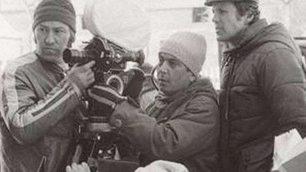 Režisér Jaroslav Soukup, kameraman Viktor Růžička a asistent kamery (zprava) při natáčení.