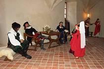 DÍVKY TANČÍ. Vánoční prohlídky tradičně oživí hrané scénky. Letos byla na programu návštěva Petra Voka z Rožmberka a švambersko – rožmberská svatba.