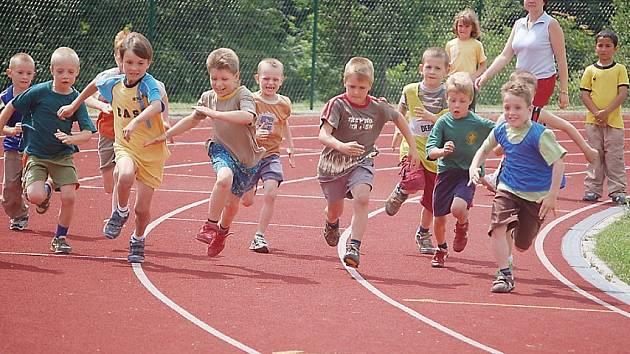 Na tachovské atletické dráze se pořádají závody pro všechny. Malé předškoláky nevyjímaje. I z toho důvodu je již potřeba její rekonstrukce.