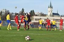 Ze zápasu 19. kola divize A mezi Tachovem (v červeném) a Doubravkou.
