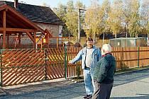 Hasiči ze Zhoře vybudovali v obci víceúčelové hřiště. Dětský koutek (na snímku) bude k dispozici na jaře příštího roku.