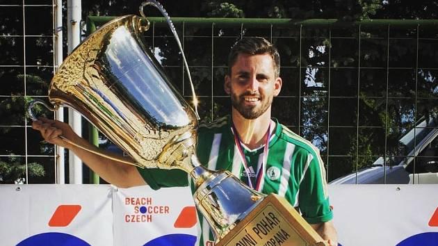 Michal Folejtar s putovním pohárem pro mistra ligy plážového fotbalu.