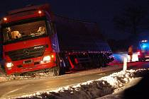 Kamion uvízl v příkopu.