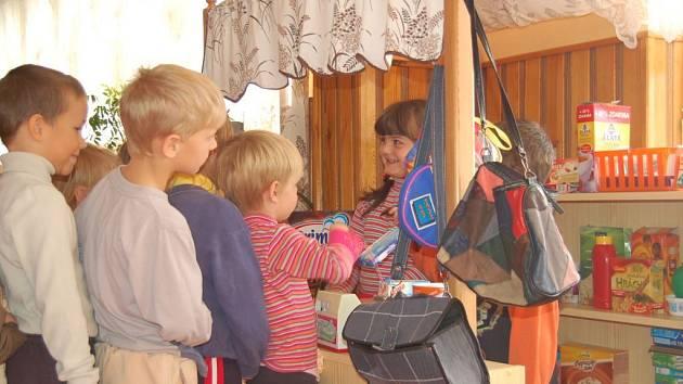 Děti z mateřinky  v Kladrubech (na snímku) mají k dispozici  spoustu hraček. Mezi nejoblíbenější patří malá prodejnička.