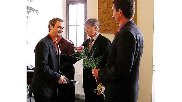 Starosta Stříbra Miroslav Nenutil (vpravo) poblahopřál k úspěšné maturitě také Jakubu Hrábkovi (vlevo)