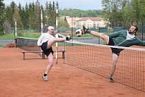 Slavoj Chodová Planá B (hráč vlevo) v úvodním kole soutěže prohrál s SKP Planá 0:6. Ani ve druhém kole se neradoval z vítězství, když podlehl 1:5 Baníku Stříbro B.