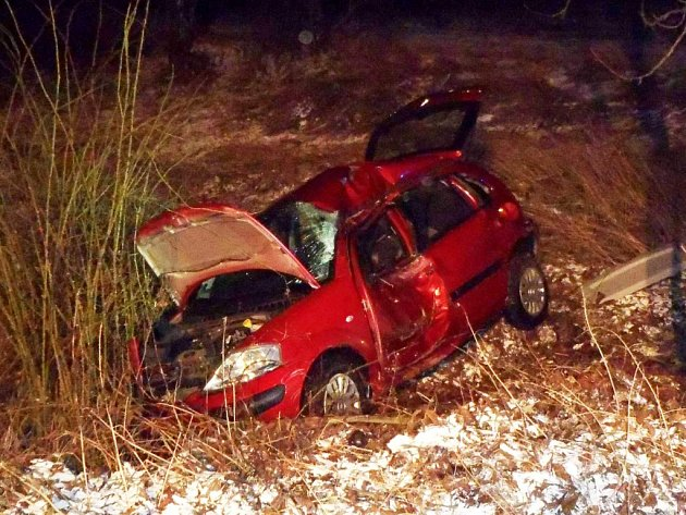 ÚTERÝ RÁNO, Alfrédov u Kostelce. Osobní automobil narazil do stromu a skončil ve srázu pod úrovní vozovky. Pro těžce zraněnou řidičku, která byla v bezvědomí, musel přiletět záchranářský vrtulník.