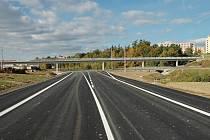 Nejrychlejší dvouproudá silnice v Česku spojuje dálnici D5 s Chebskem průměrnou rychlostí téměř 80 kilometrů za hodinu. V pozadí lávka pro pěší. Snímek z roku 2007 před dokončením nově vznikajícího průtahu.