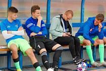 Utrpení na lavičce. Pavel Kořínek (druhý zprava) musel zápas svého klubu proti SK Kdyně sledovat pouze na lavičce s ortézou na levé ruce, kvůli zranění ramene z předchozích utkání s Úněšovem.