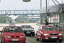 Na příjezdu do České republiky se ve všední dny nezdržíte, opačná situace panuje o víkendu.
