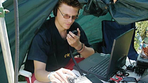 Radioamatér Miloš Zimmermann přímo v akci. Právě navazuje spojení s účastníky z Itálie z vrcholu Přimdy.