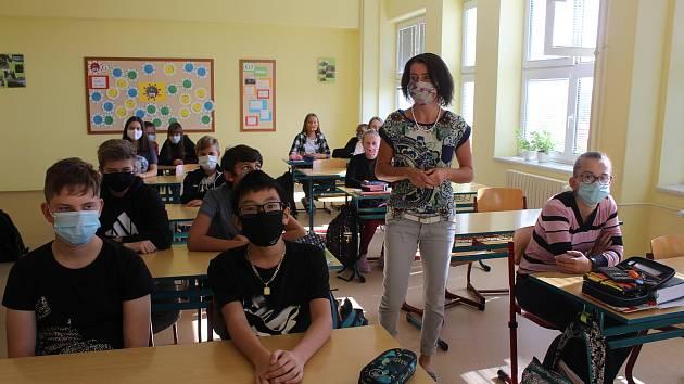 Studenti Gymnázia Stříbro v rouškách - Ilustrační foto