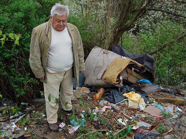Čestmír Vainar ukazuje skládku na městském pozemku