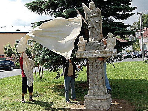 Při příležitosti oslav šestistého výročí od uplynutí první písemné zmínky o obci byla ve Studánce odhalena zrekonstruovaná socha svatého Jiří