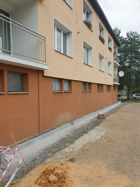 Oprava chodníků v Máchově ulici ve Stříbře.