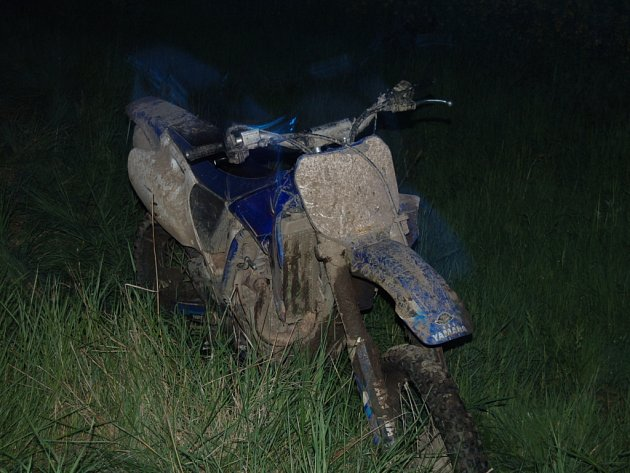 U Borovan narazil mladík na motorce do stromu