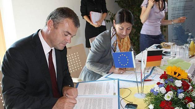 Michal Janeba a Katja Hesselová při podpisu prohlášení.