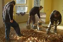 PŘI PŘESTAVBĚ bývalého internátu pomáhají zedničtí učni ze Svaté. Ti si tak v rámci praxe mohou osvojit zednické dovednosti.