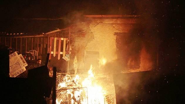 Dva menší požáry zaměstnaly v noci na neděli hasiče v Chodové Plané.