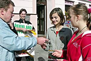 Dobrovolníci občanského sdružení Rekni ne drogám – řekni ano životu rozdávali v úterý 10. dubna v ulicích Tachova brožurky o drogách. Zájem byl převážně ze strany mladých lidí.