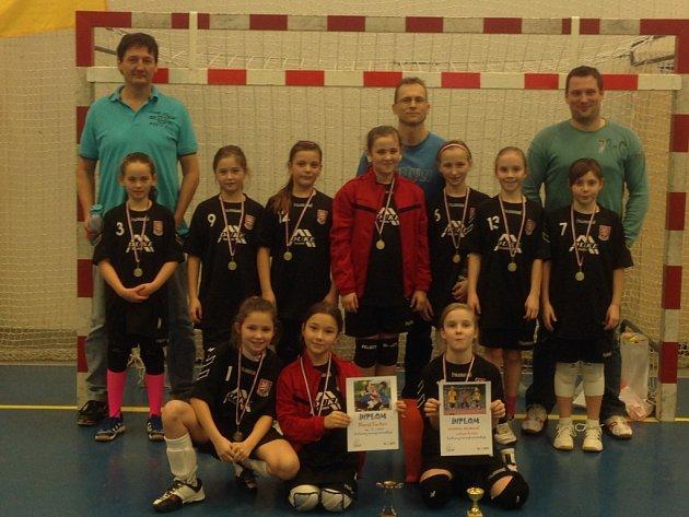 Turnaj mladých házenkářek vyhrálo v Plzni družstvo Slavoje Tachov.