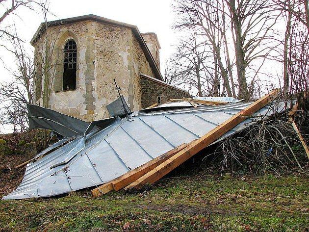 Vítr sundal střechu kostela