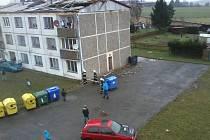 Je to dva týdny, co silný vítr poničil střechu.