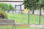 Ve školce mění živý plot.